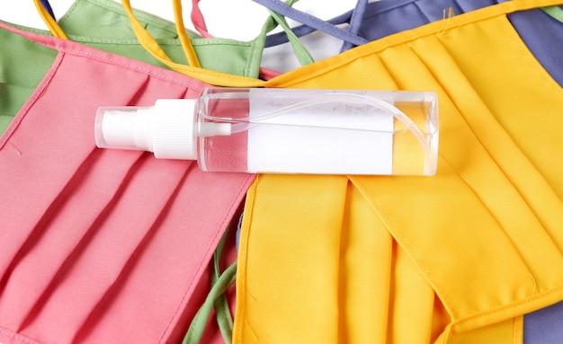 Handdesinfecterend middel met masker dat op witte achtergrond wordt geïsoleerd