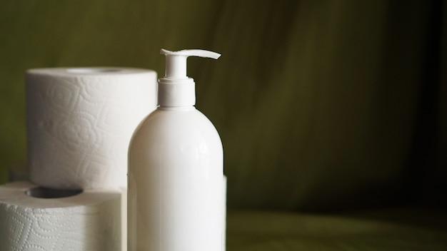 Handdesinfecterend middel, tegen coronavirus. toiletpapier. coronavirus en netheid.