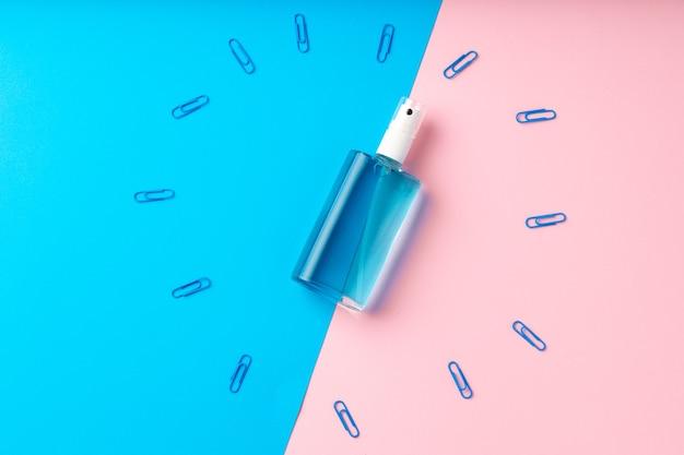 Handdesinfecterende gel en schoolbenodigdheden bovenaanzicht