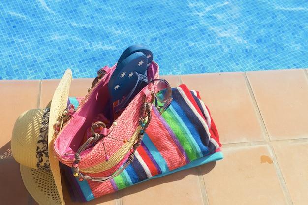 Handdoek en badaccessoires bij het zwembad, retro getint