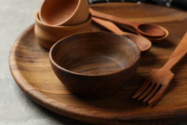 Handdoek en houten keukengerei op grijze tafel