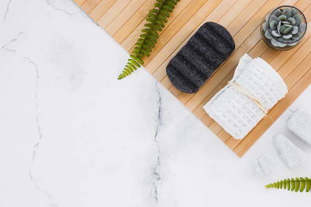 Handdoek en houten mat met kopie ruimte