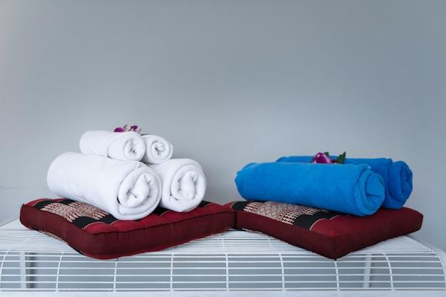 Handdoek met orchideedecoratie in slaapkamerbinnenland voor hotelklant.