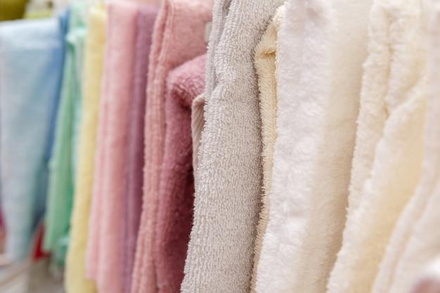 Handdoek op hanger en vitrine in winkel in winkelcentrum