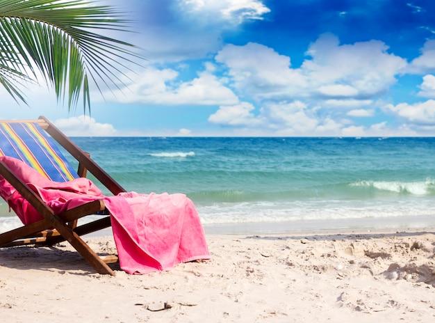 Handdoek op ligstoelen bij mooi tropisch strand