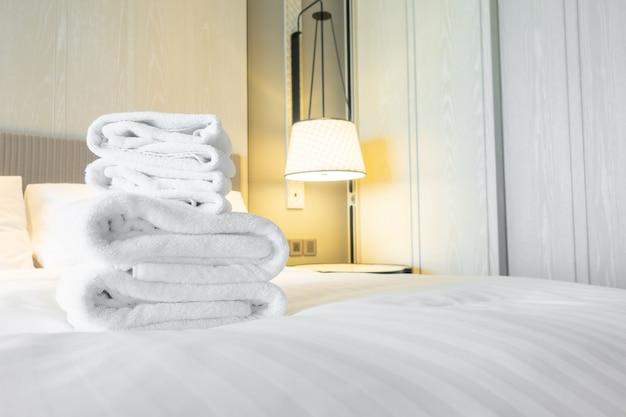 Handdoekdouche op bed