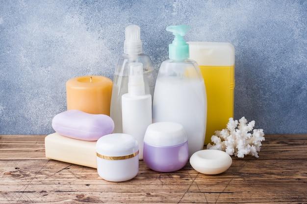 Handdoeken crème zeep en bad accessoires.