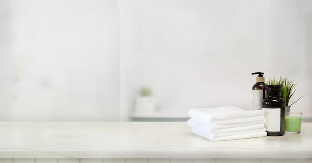 Handdoeken en spa-accessoire op marmeren tafel