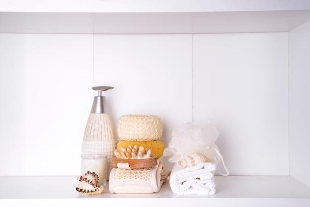 Handdoeken in een houten dienblad met aroma-eetstokjes, kaarsen, zeeschelpen, massage-washandjes