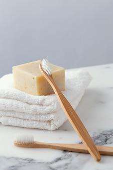 Handdoeken met tandenborstel en zeep