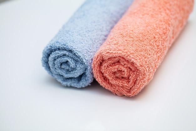 Handdoeken op witte tafel in badkamer.