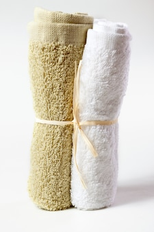 Handdoeken voor gezicht dat op witte achtergrond wordt geïsoleerd