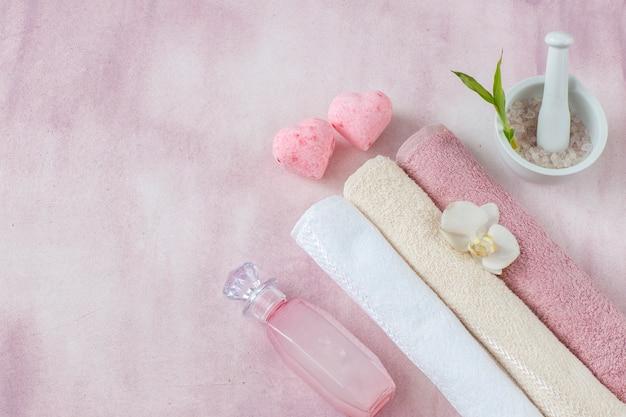 Handdoeken, zeezout, vloeibare zeep en twee hartvormige zeeprepen.