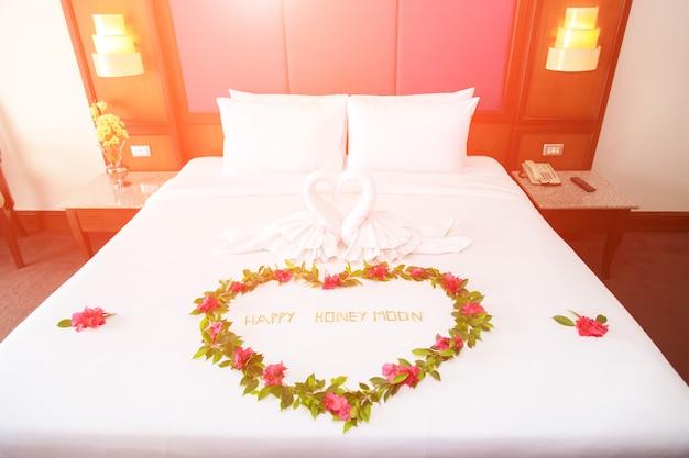 Handdoekzwanen gevormd op luxe bed, honey moon-bed