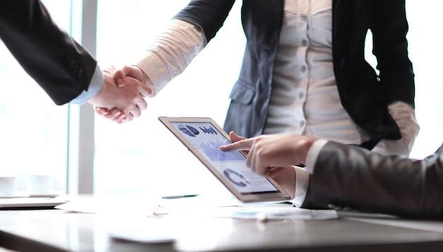 Handdruk financiële partners bedrijfsconcept