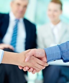 Handdruk met ondernemers onscherpe achtergrond