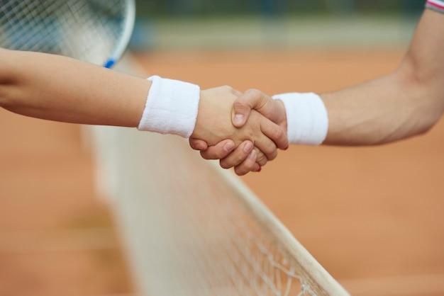 Handdruk na een goed tennisspel
