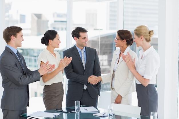 Handdruk om een deal af te sluiten na een wervingsbijeenkomst voor een baan