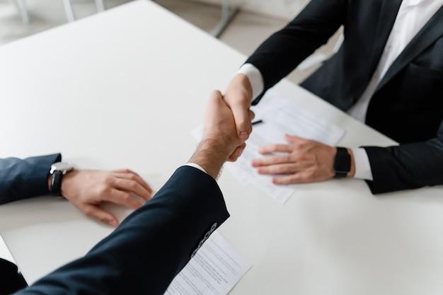 Handdruk op een zakelijke bijeenkomst