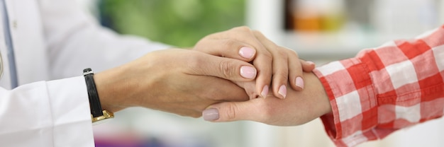 Handdruk tussen arts en patiënt in medisch kantoor. vertrouwen tussen arts en patiëntconcept