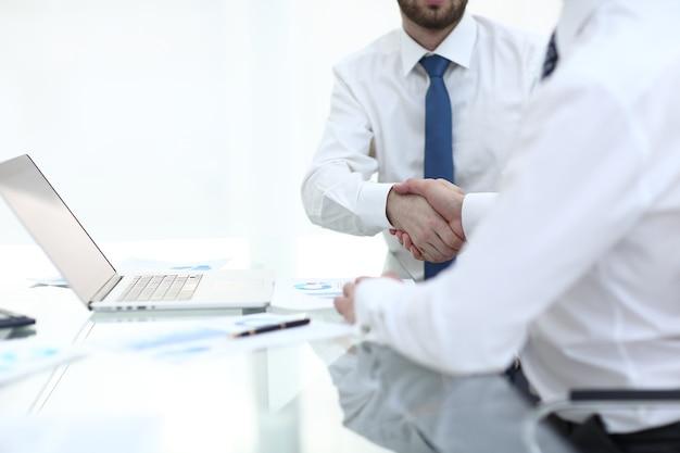 Handdruk van financiële partners.