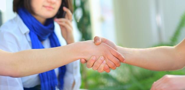 Handdruk van jonge mensen