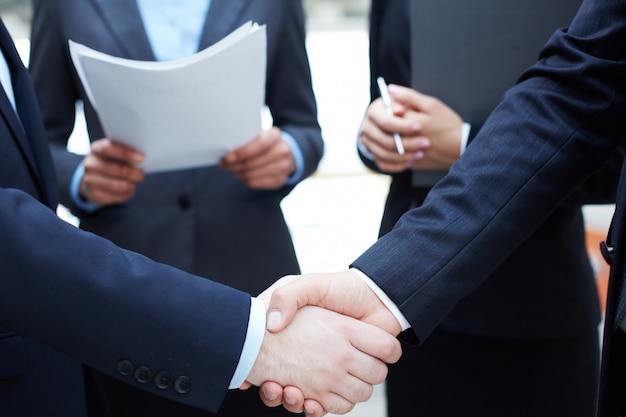 Handdruk van leidinggevenden elkaar begroeten