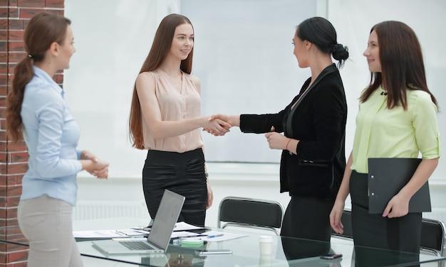 Handdruk van manager en klant