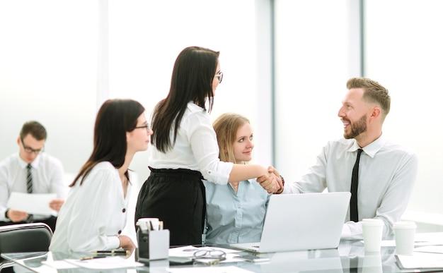 Handdruk van mensen uit het bedrijfsleven op de werkplek op kantoor