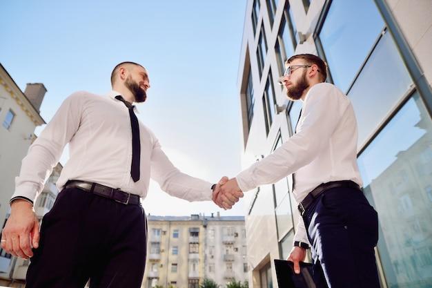 Handdruk van twee jonge mannen