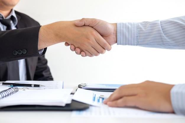 Handdruk van twee zakenmensen na contractovereenkomst om partner te worden