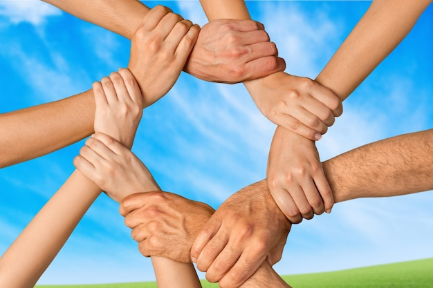 Handdruk van veel jonge zakenmensen, teamwork concept