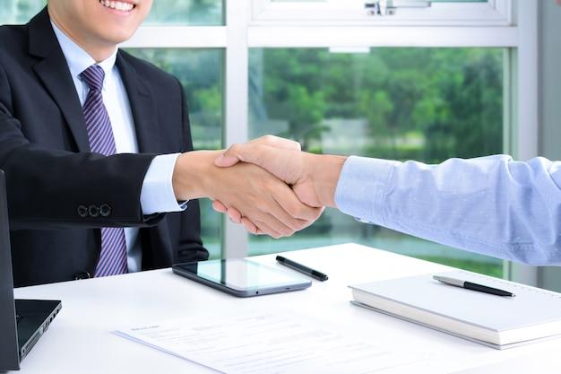 Handdruk van zakenlieden op kantoor