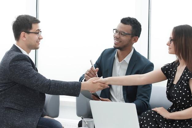 Handdruk van zakenpartners na bespreking van een nieuw gezamenlijk project