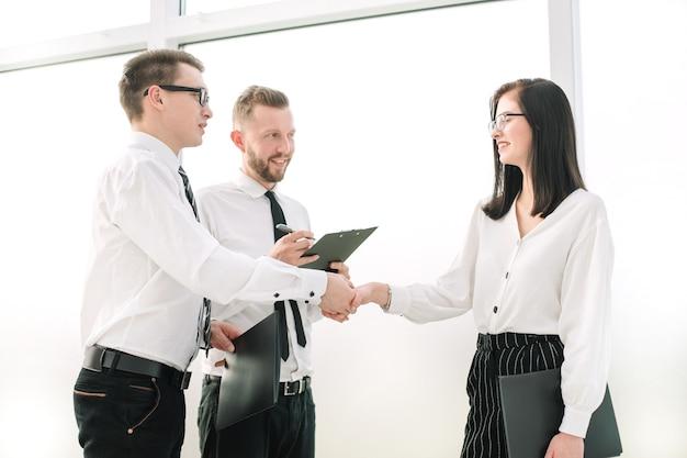 Handdruk van zakenpartners tijdens een bijeenkomst op kantoor. concept van partnerschap