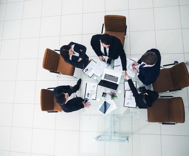 Handdruk van zakenpartners voor de gesprekken bij de desktop in
