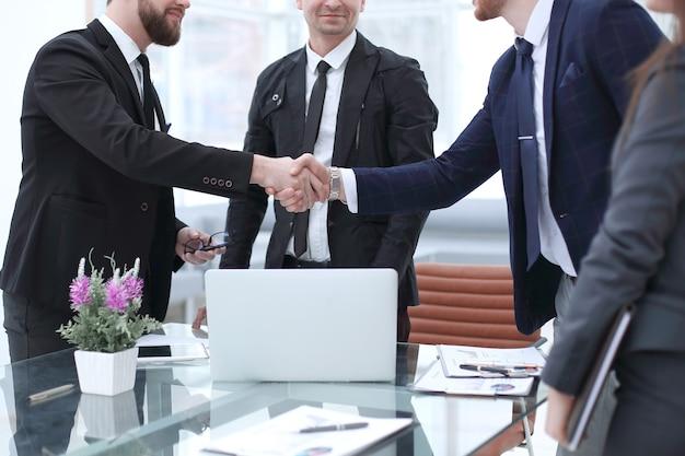 Handdruk van zakenpartners