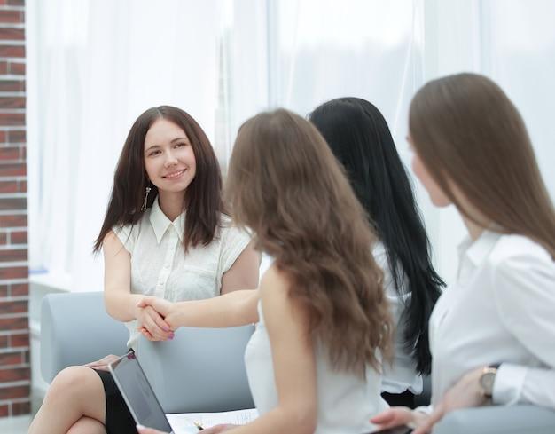 Handdruk zakenpartners na de bespreking van financiële documenten.