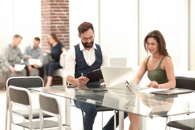 Handdruk zakenpartners op kantoor bureau. concept van samenwerking