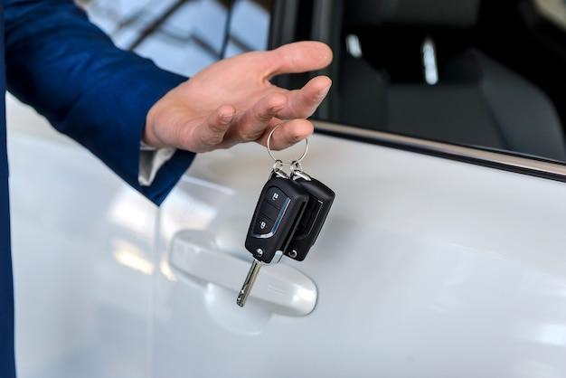Handelaar met sleutels van nieuwe auto close-up