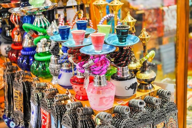 Handelaren op de istanbul-markt die een verscheidenheid aan goederen verkopen.