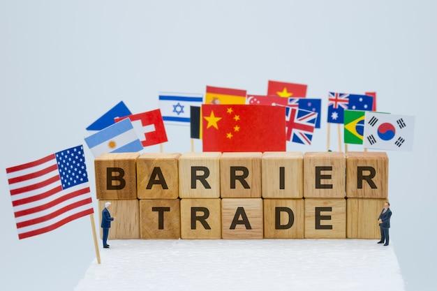 Handelsbarrièreformulering met vlaggen van de vs en vlaggen van meerdere landen. mage.