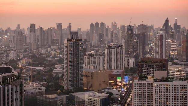 Handelsgebied in bangkok, thailand, die gebouwen in schemeringtijd tonen
