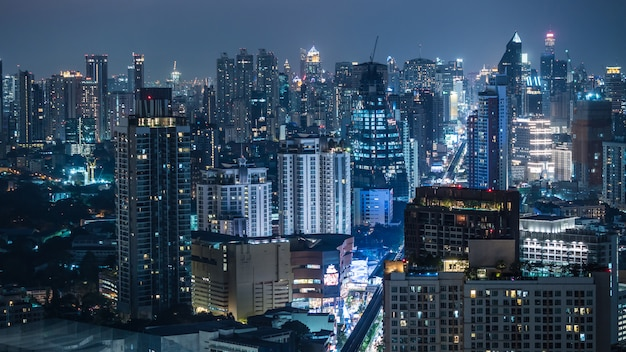 Handelsgebied in bangkok, thailand, die gebouwen tonen bij nacht