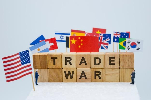 Handelsoorlogsformulering met vlaggen van de vs en vlaggen van meerdere landen.