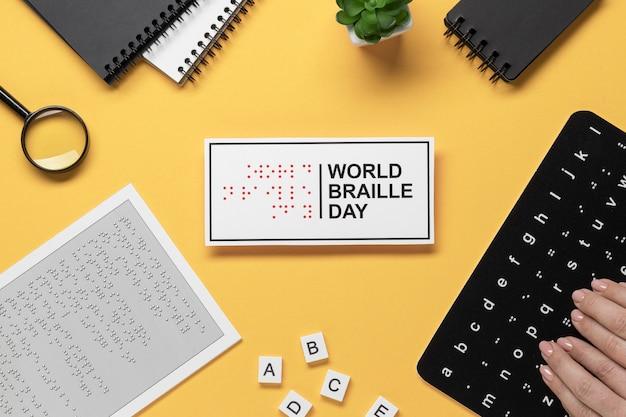 Handen aanraken van braille-alfabet toetsenbord