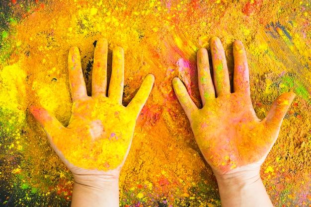 Handen bedekt met geverfd poeder