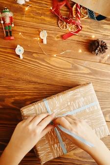 Handen binden lint op de gift van het nieuwe jaar