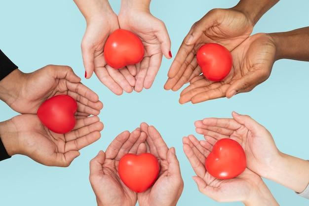 Handen cupping hart in liefde en relatie concept