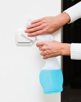 Handen desinfecteren lichtschakelaar